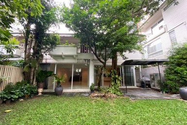 Pet friendly Single house with Garden 3 bedroom Rent Phromphong
